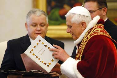 The pope Benedict XVI receives Poemas mayores of St. John of the Cross from the President of Poland J. Kaczyński
